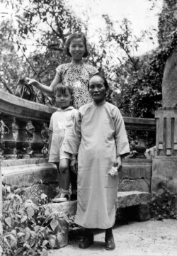 Paul with Mom's stepmother and sister in China, 1948.